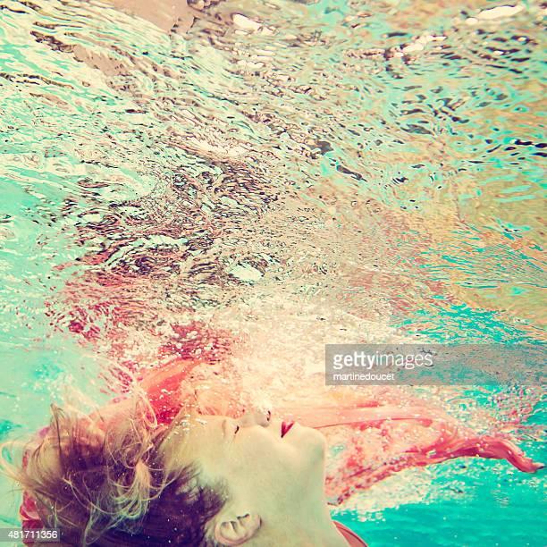 """criativo subaquático imagem de mulher bonita e sua reflexão. - """"martine doucet"""" or martinedoucet - fotografias e filmes do acervo"""