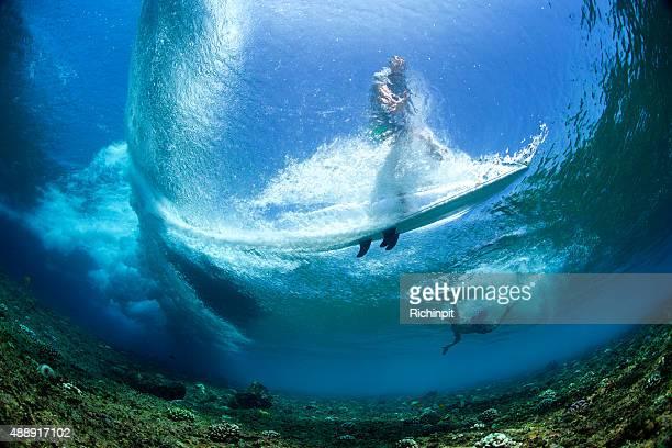 水中の視点で、波のサーファー - インド洋 ストックフォトと画像