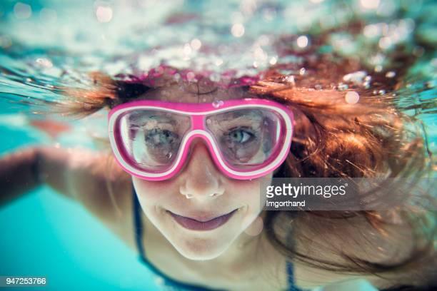 onderwater portret van een meisje - zwembril stockfoto's en -beelden
