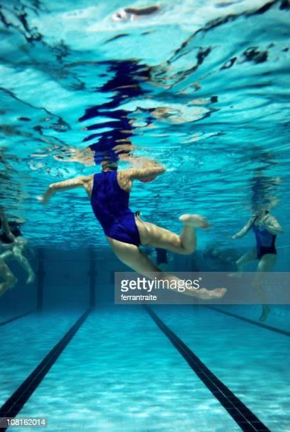 vista submarina de waterpolo partido - waterpolo fotografías e imágenes de stock