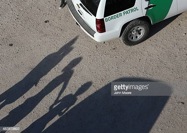 Undocumented immigrant families turn themselves in to US Border Patrol agents on July 21 2014 in McAllen Texas Thousands of immigrants many of them...