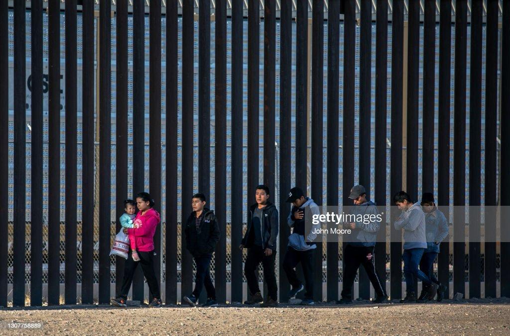 Migrants Cross From Mexico Into U.S. Near Ciudad Juarez : ニュース写真