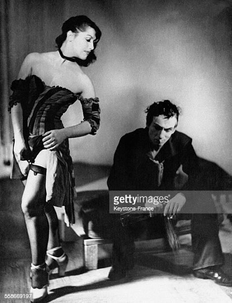 Une actrice jouant une fille de joie et un acteur jouant un marin sur scène jouent la danse Apache
