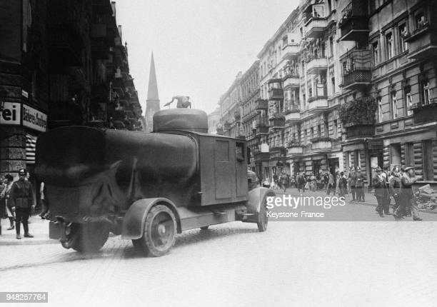 Une auto blindée transportant un gros réservoir d'eau dont les pompes dispersèrent les communistes à Berlin Allemagne en juin 1932