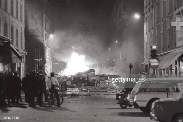 Une barricade brûle, le 12 juin 1968 au Quartier Latin à Paris, lors d'une violente manifestation qui a opposé des étudiants de l'UNEF et des...