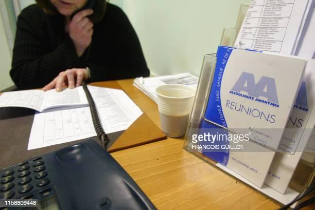 une bénévole de l'association Les Alcooliques anonymes donne des renseignements au téléphone le 23 janvier 2004 dans l'une des permanences de...