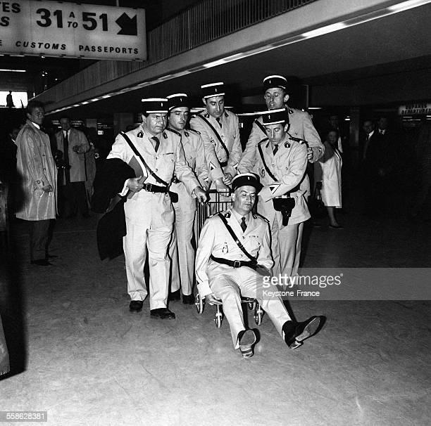 Une brigade de gendarmes de SaintTropez reunissant de gauche a droite Michel Galabru Guy Grosso Michel Modo Christian Marin Jean Lefevre et assis sur...