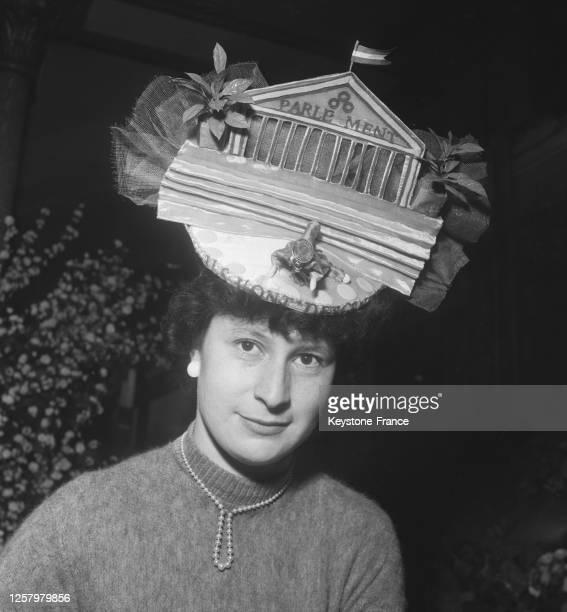 Une 'catherinette' coiffée d'un étrange chapeau 'Le Parlement', à Paris, France le 12 novembre 1957.
