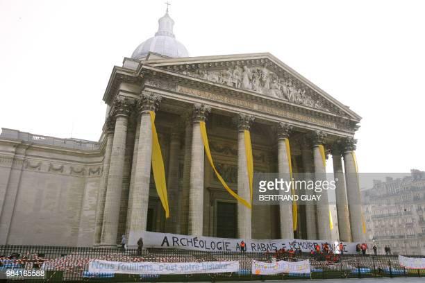 Une centaine d'archéologues en colère' ont accroché sur les colonnes du Panthéon une banderole pour dénoncer les menaces qui pèsent sur l'archéologie...