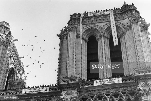 Une centaine de salariés en grève du Parisien libéré ont envahi la cathédrale Notre Dame à Paris le 06 octobre 1975. Ils ont fait sonner le bourdon...