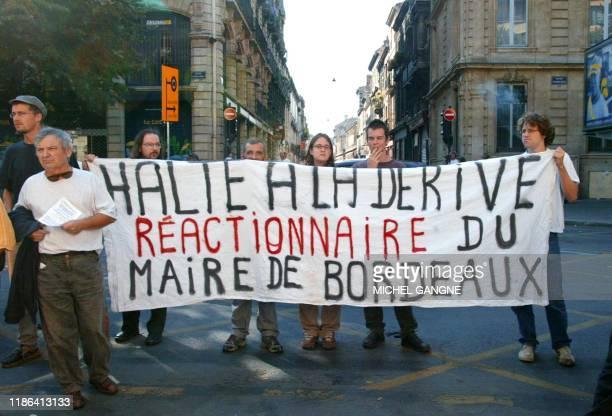 une cinquantaine de manifestants de l'association Ras l'Front protestent le 22 septembre 2002 près de l'église SaintEloi de Bordeaux où environ 700...