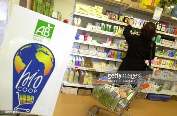 Une cliente choisit des produits de beauté alors qu'elle fait ses courses le 17 novembre 2000 dans la coopérative bio Jonathan à Herouville Saint...