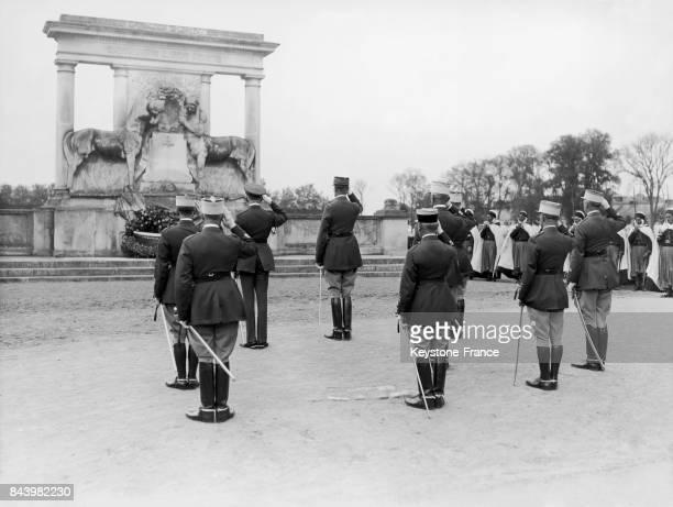 Une couronne est déposée au pied du monument aux morts de l'école de cavalerie de Saumur lors du congrès du 10ème anniversaire à Saumur en France en...