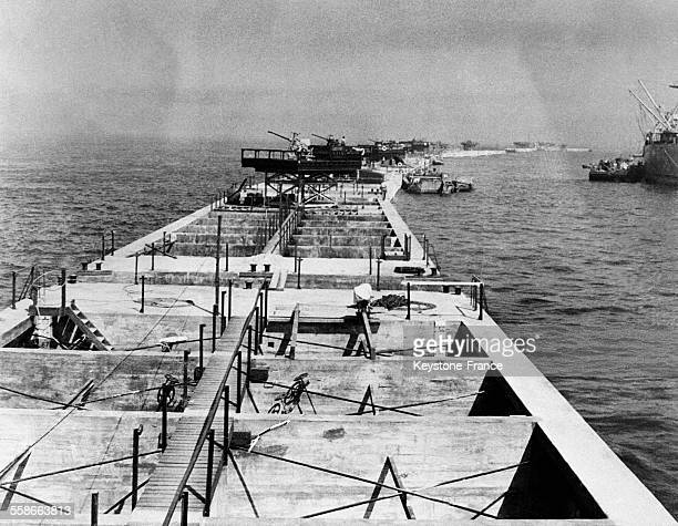 Une des jetées du port artificiel d'Arromanches France en juin 1944 avec les canons chargés de protéger les jetées des attaques aériennes