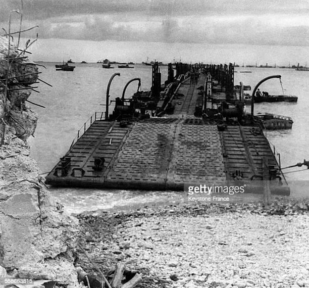 Une des jetées du port artificiel d'Arromanches France en juin 1944