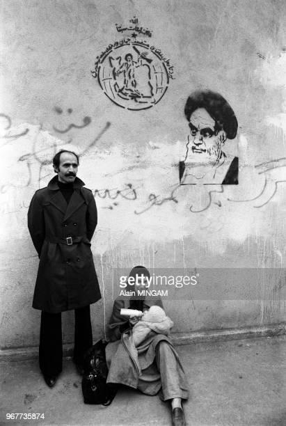 Une famille près d'un portrait de l'ayatollah Khomeini dans les rues de Téhéran après le départ du Shah d'Iran le 19 janvier 1979 Iran