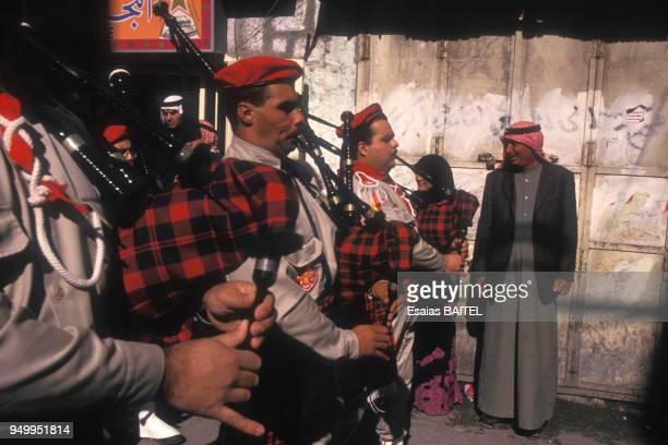 Une fanfare de cornemuses accompagne la procession de Noël en décembre 1996 à Bethléem Israël