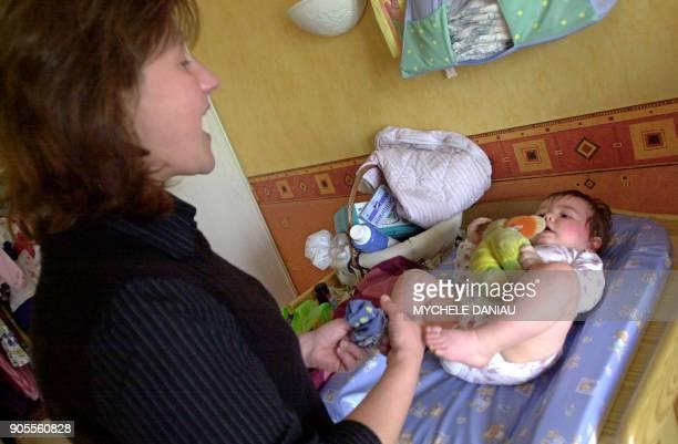 Une femme en congé parental s'occupe le 28 avril 2003 à Jurques de ses deux enfants Lisa et Maxime dans la chambre d'enfants de sa maison En 2002 la...