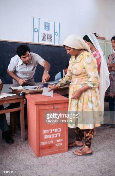Une femme glisse un bulletin de vote dans l'urne lors des élections législatives en mai 1977 en Israël