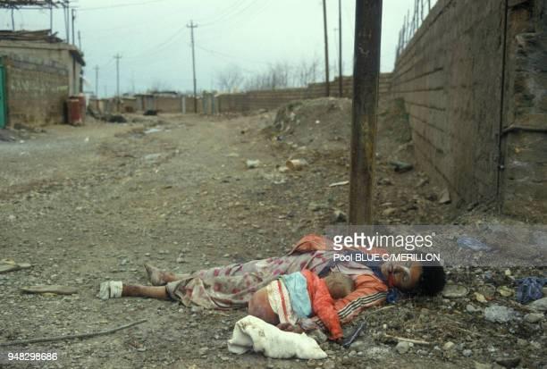 Une femme kurde et son enfant ayant été gazés en mars 1988 dans le village de Halabja Irak