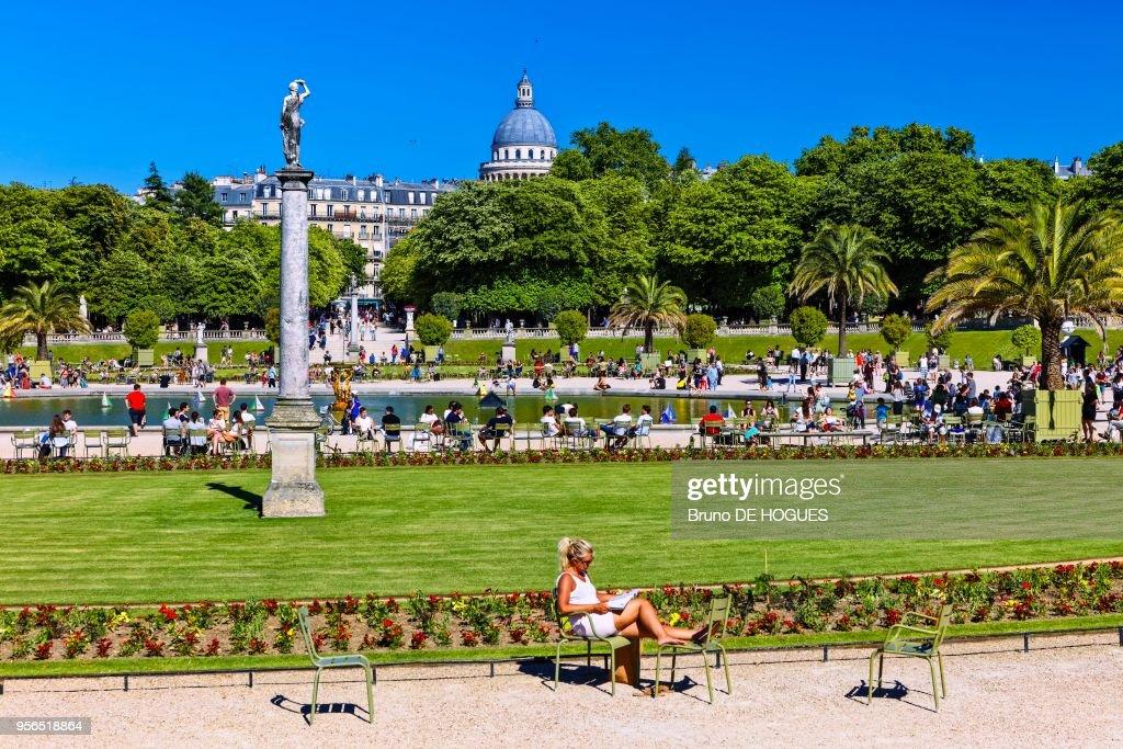 une femme lisant dans le jardin du luxembourg 10 juin 2017 paris france - Le Jardin Du Luxembourg