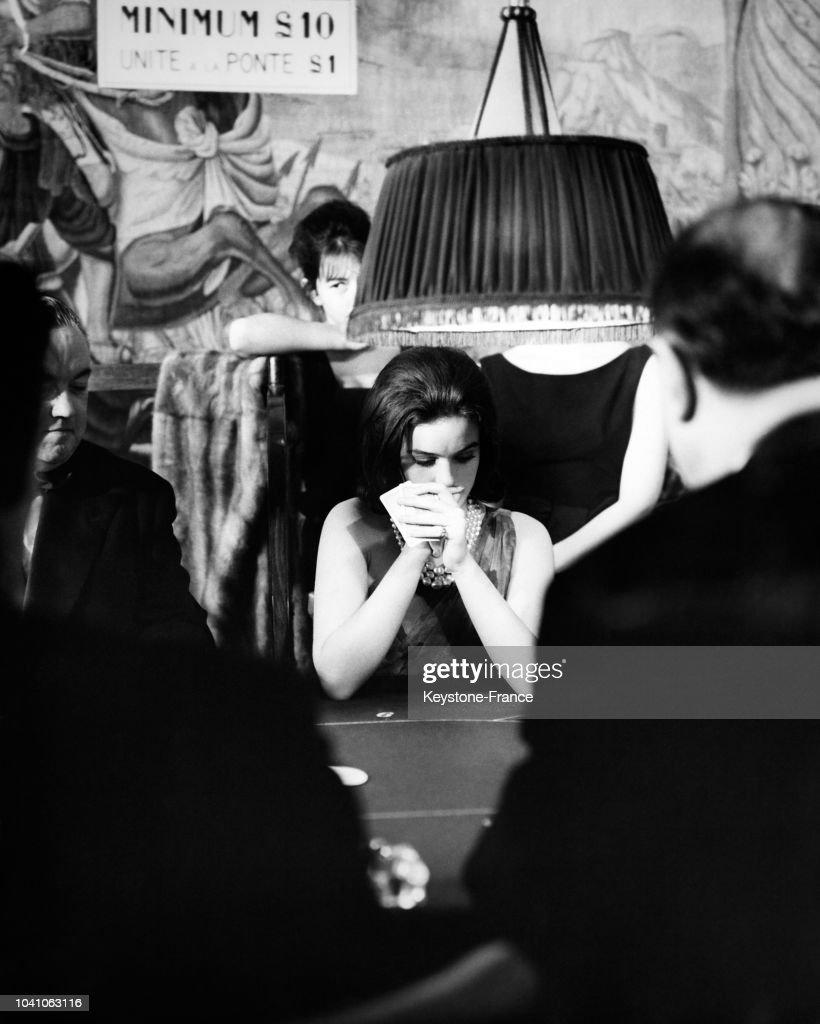 Carte Black Minimum.Une Femme Reflechit A La Carte Qu Elle Va Jouer Assise A La
