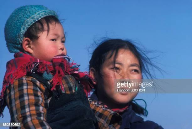 Une femme tient son enfant dans ses bras en janvier 1978 à Pékin Chine