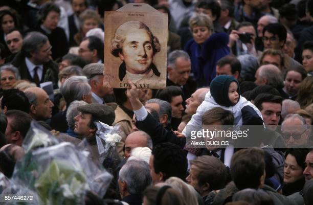 Une foule de royalistes rend hommage au roi Louis XVI le jour du 200e anniversaire de sa mort le 21 janvier 1993 a Paris France