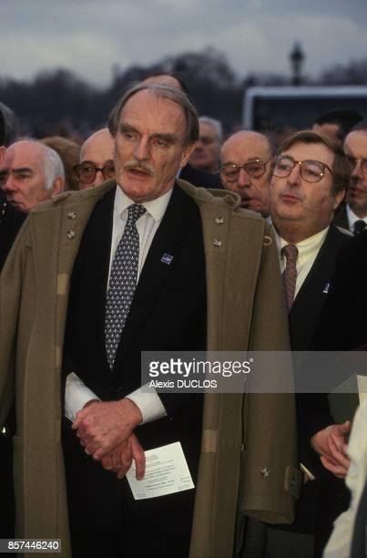 Une foule de royalistes rend hommage sur la Place de la Concorde au roi Louis XVI le jour du 200e anniversaire de sa mort le 21 janvier 1993 a Paris...