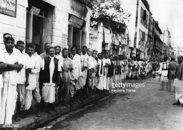 Une foule d'électeurs font la queue pour voter pour les premières élections générales dans une Inde indépendante à Calcutta Inde en janvier 1952