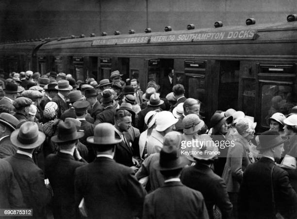Une foule enthousiaste salue le départ de l'équipe olympique britannique au départ de la gare de Waterloo avant de se rendre aux JO à Los Angeles à...