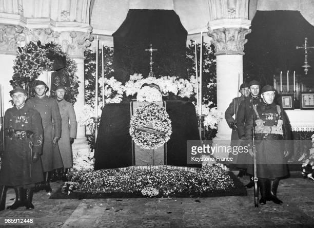 Une garde d'honneur veille auprès du tombeau du Roi Albert 1er dans la crypte de Laeken, Belgique le 17 février 1935.