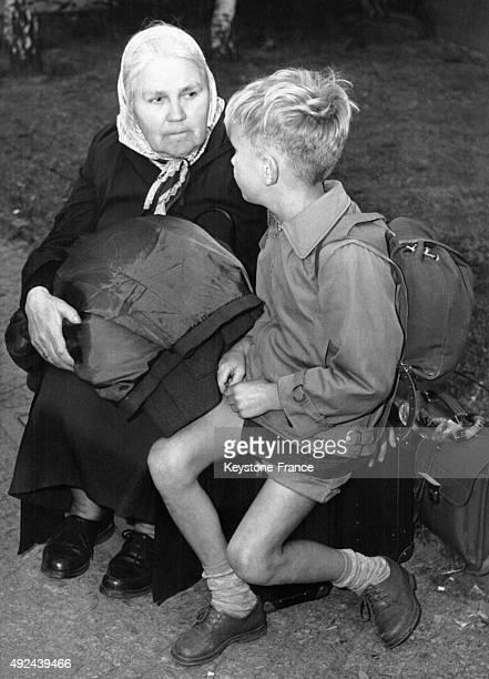 Une grandmere et son petitfils refugies comme un millier d'autres Allemands de l'Est a BerlinOuest pendant la nuit le 8 aout 1961 a Berlin Allemagne
