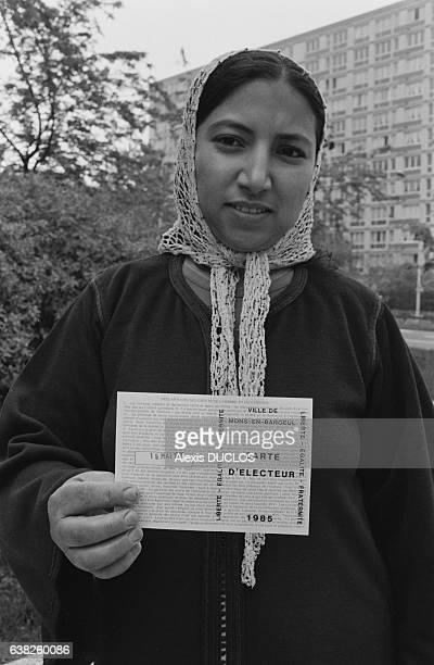 Une immigrée avec sa carte d'électrice vote pour la première fois en France lors des élections municipales à MonsenBarœul France le 19 mai 1985
