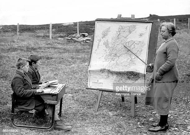 Une institutrice écossaise fait un cours de géographie aux deux seuls élèves de son école dans la région écossaise de l'Invernesshire touchée par...