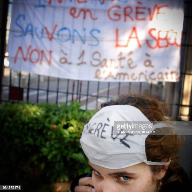 Une interne participe au piquet de grêve le 15 octobre 2007 à l'entrée de l'hôpital Edouard Herriot à Lyon Les internes ont maintenu ce jour après...
