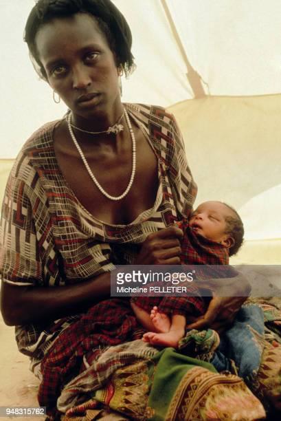 Une jeune femme africaine qui vient d'accoucher et son nouveauné en novembre 1980 à Djibouti