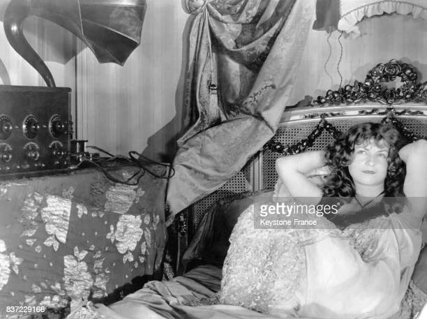 Une jeune femme allongée dans son lit écoute la radio pour s'endormir