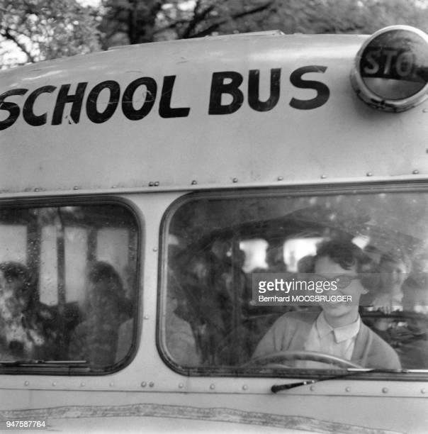 Une jeune femme de 16 ans conduit l'autobus scolaire aux EtatsUnis