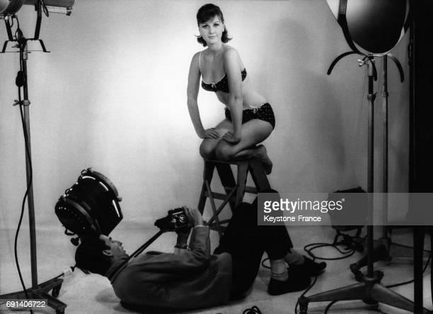 Une jeune femme en lingerie photographiée dans un studio photo le 30 novembre 1965