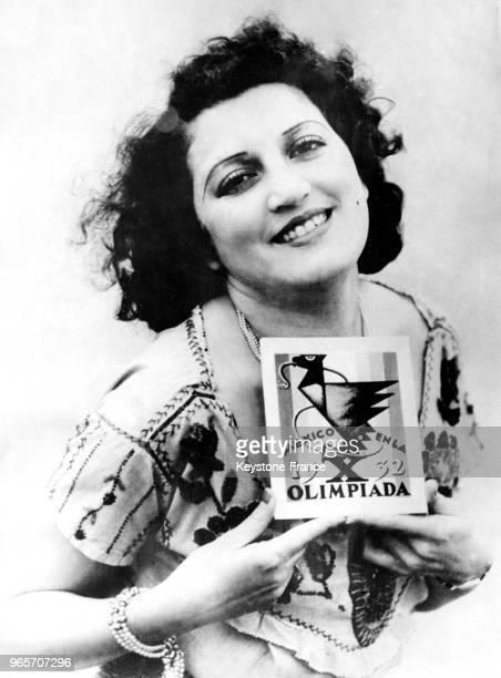 Une jeune femme mexicaine vend un timbre géant sur l'Olympiade de 1932 comme de nombreuses autres Mexicaines dans tout le pays afin de financer la...