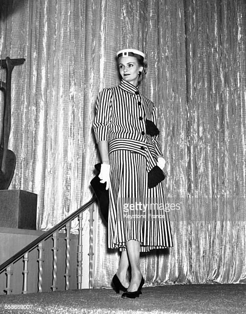 Une jeune femme porte un ensemble Balenciaga lors d'un défilé de mode à Dallas TX