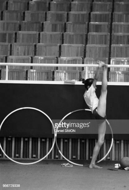 Une jeune fille s'étire lors de son entraînement sportif à pékin en octobre 1983 Chine