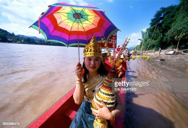 Une jeune fille un trophée aux couleurs de son équipe durant la fête des pirogues circa 2000 en bordure du Mekong Laos
