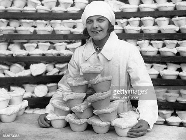 Une jeune 'NAFFIgirl' et les Christmas puddings qu'elle s'apprête à envoyer aux militaires le 18 novembre 1930 à Aldershot RoyaumeUni
