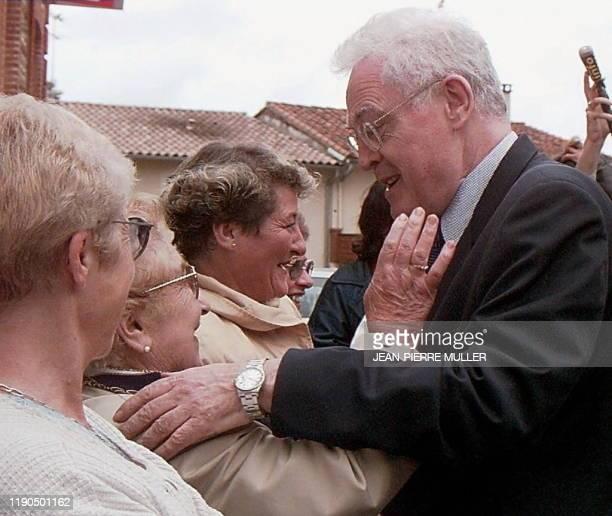 Une électrice embrasse Lionel Jospin , venu voter pour le 2ème tour des élections législatives anticipées, le 01 juin à Cintegabelle, où le Premier...