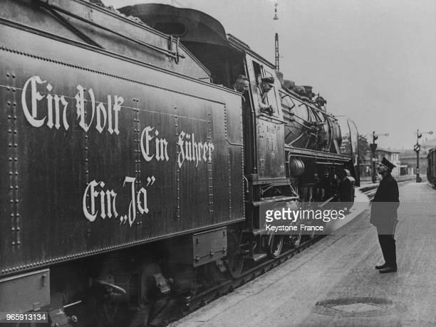 Une locomotive à la gare de Berlin décorée du slogan 'Un seul Führer un seul peuple un seul oui' à la veille du plébiscite à Berlin Allemagne le 18...