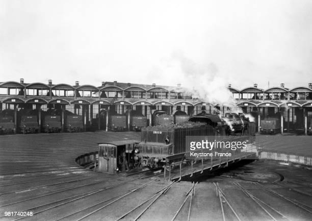Une locomotive à vapeur de la compagnie du chemin de fer Paris-Lyon-Méditerranée , est positionnée sur une 'plaque tournante' pour faciliter sa...