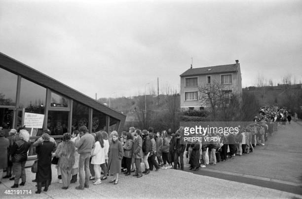 Une longue file de personnes attend le 18 janvier 1986 devant le funérarium de Suresnes pour entrer dans la chapelle ardente où est exposé le...