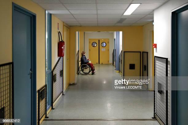 Une lycéenne handicapée patiente dans le couloir d'un lycée public en Picardie dans le nord de la France en attendant que quelqu'un lui ouvre les...